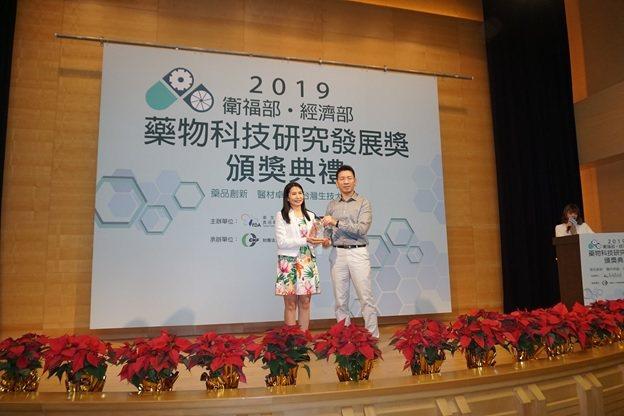 萊鎂醫副總經理余東銘(右)代表接受衛生福利部食品藥物管理署署長吳秀梅的頒獎。...