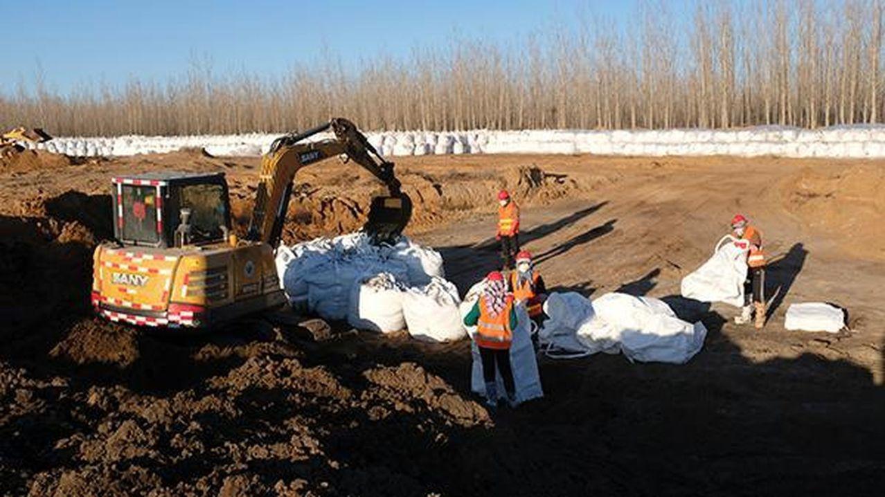 目前經過20天清汙作業,已挖出汙染物約4.2萬餘噸,均被裝袋封存。 (取材自澎湃...