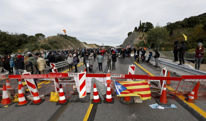西班牙加泰隆尼亞獨派出招封阻通法國高速公路。 路透社