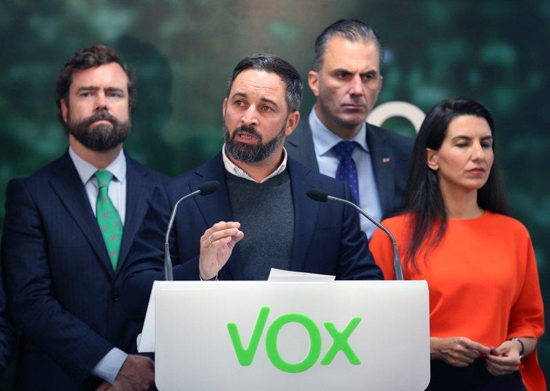 民聲黨黨魁阿巴斯卡爾(左二)率黨員在總部發表勝選演講。 歐新社