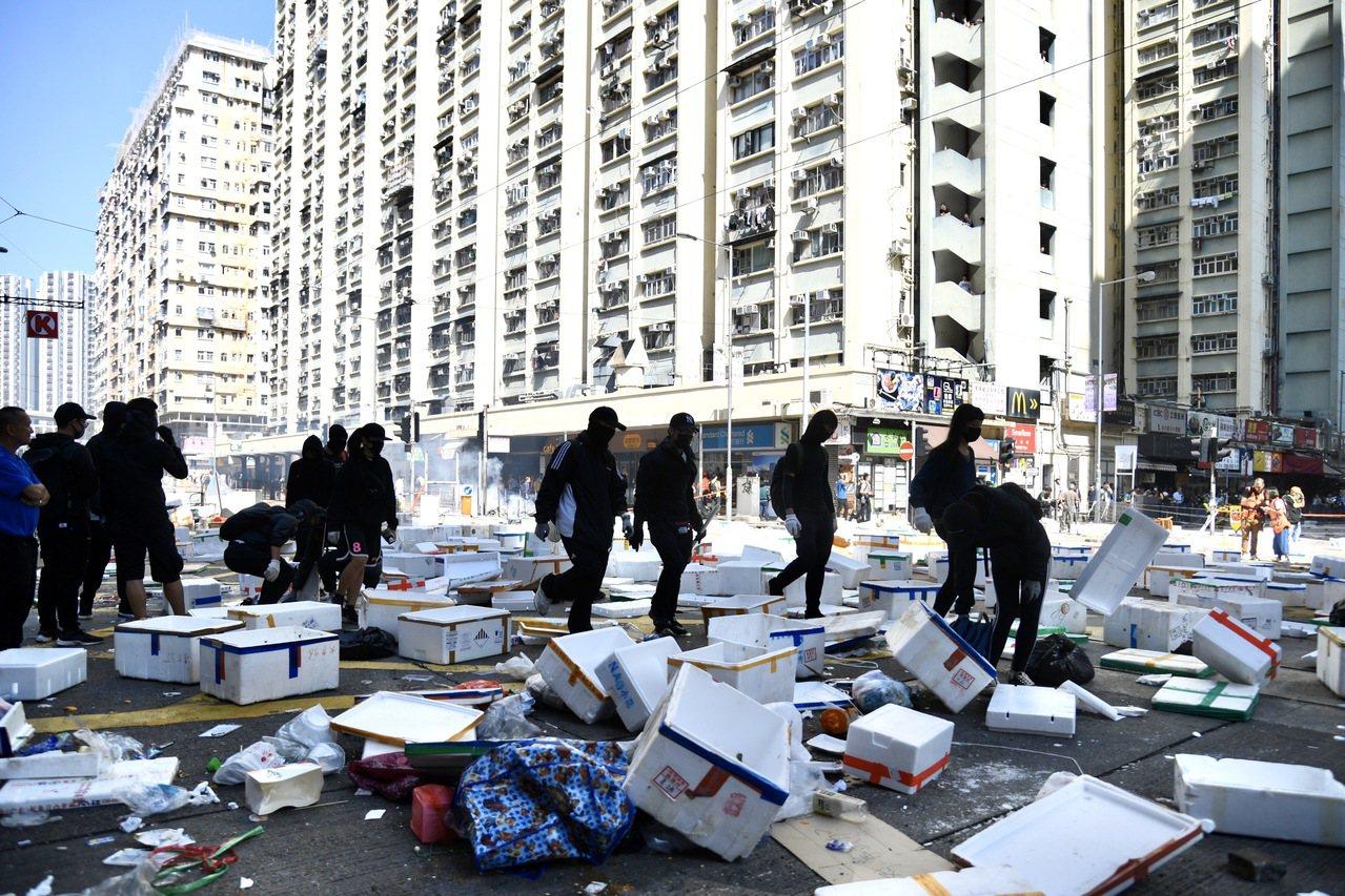 11月11日上午,蒙面示威者以大量泡沫塑料箱等雜物堵路。大批蒙面示威者在西灣河馬...