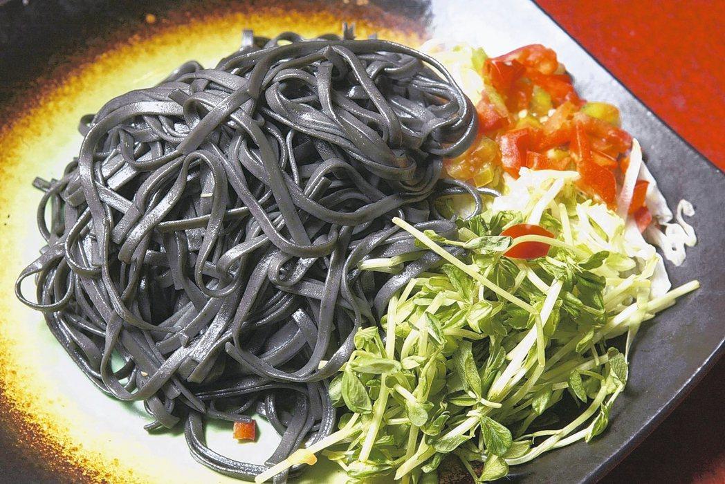 我國食品准用於著色的是植物碳,且一般添加量少,食安風險尚可接受。 圖/聯合報系資...