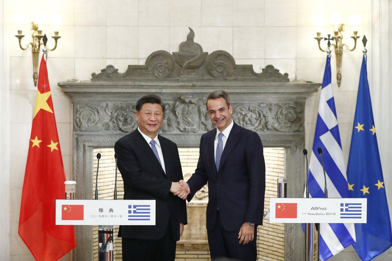 當地時間11月11日,中國國家主席習近平在雅典同希臘總理米佐塔基斯會談。會談後,...