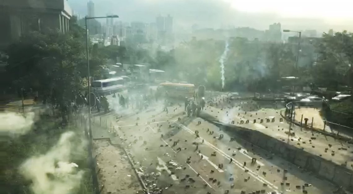 香港「大三罷」行動今天讓大學校園淪為港警催淚彈戰場,防暴警察下午在中文大學外道路...