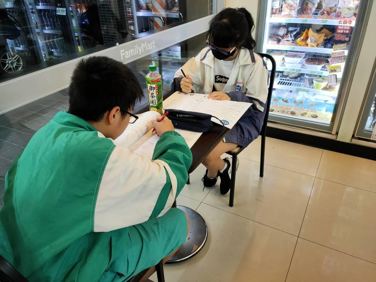 台東縣部分超商因鄰近學校,放學後常見國中小學生到超商寫功課,等父母下班後來接,形...