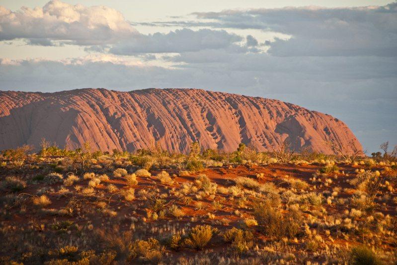 盧魯巨岩是澳洲重要的世界自然遺產之一,它位在澳洲大陸的中部。圖/ingimage