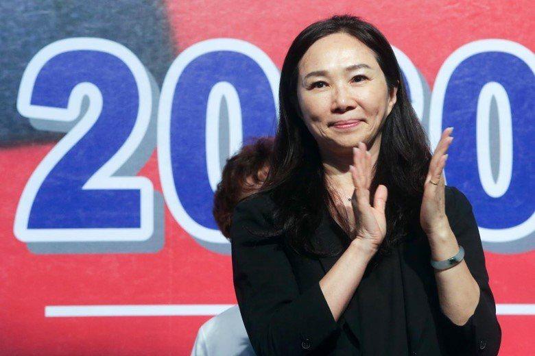 國民黨2020總統參選人韓國瑜的夫人李佳芬,日前說出「母語在家學」、「學校學母語...