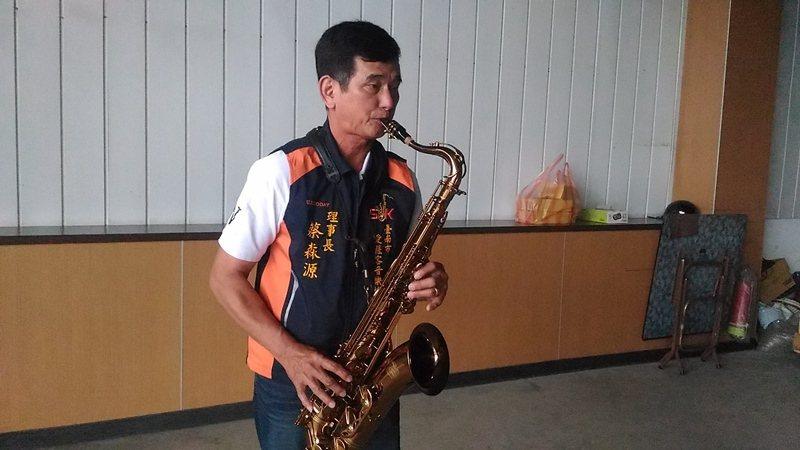 台南市愛薩客音樂協會理事長蔡森源,愛好音樂,自娛娛人。 圖/黃宣翰攝影