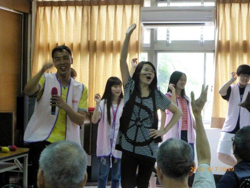徐金春在安養院帶著失智的長者跳動唱。 圖/徐金春提供
