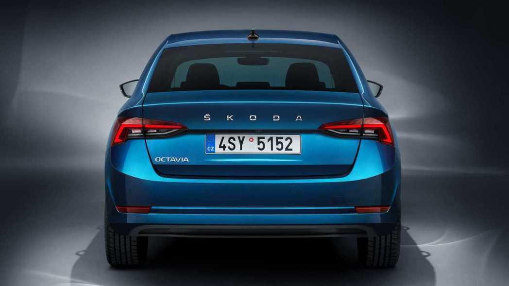 車尾最大改變是將中央廠徽換成Skoda字樣。 圖/Skoda提供