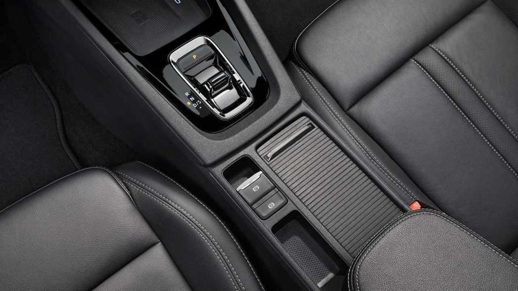 中控台鞍座變得更為簡潔,線傳排檔設計相當迷你。 圖/Skoda提供