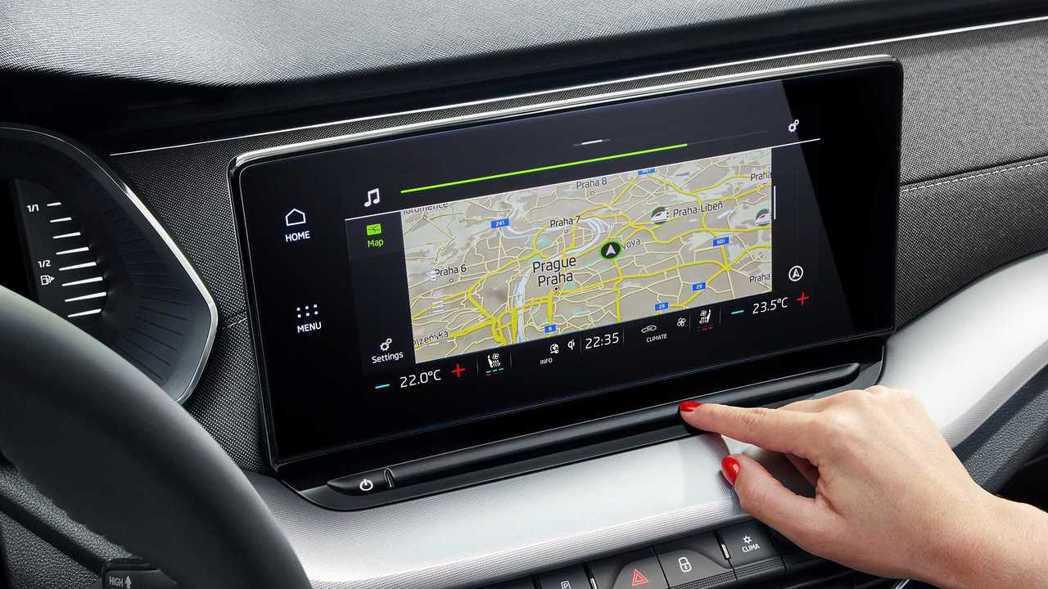 中央8.25吋(可選10吋)觸控式多媒體螢幕整合多項操作功能。 圖/Skoda提...