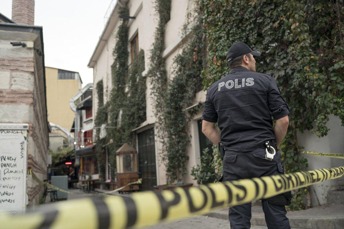 儘管死者身分極其特殊與敏感,但警方目前尚未找到「他殺」的明顯證據;推敲勒梅席爾的...