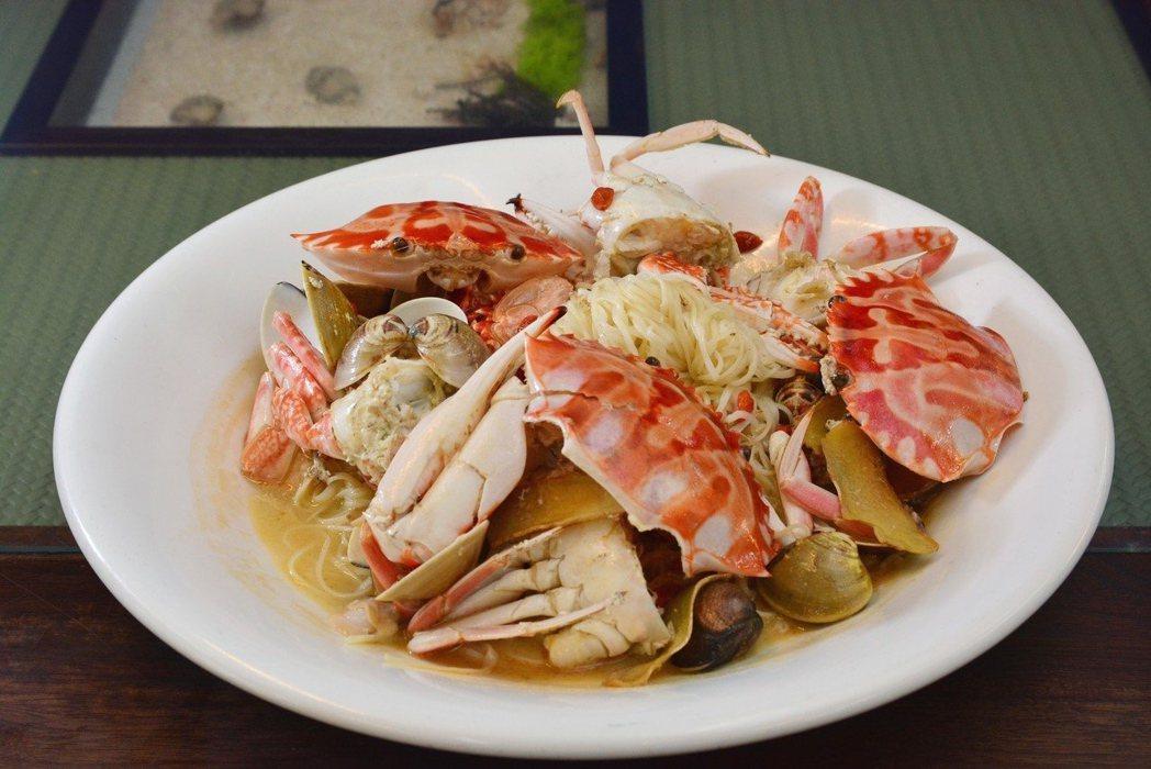 吃蟹最好選用新鮮螃蟹,並將多泥沙等污穢的部分摘除。 圖/新北市農業局提供