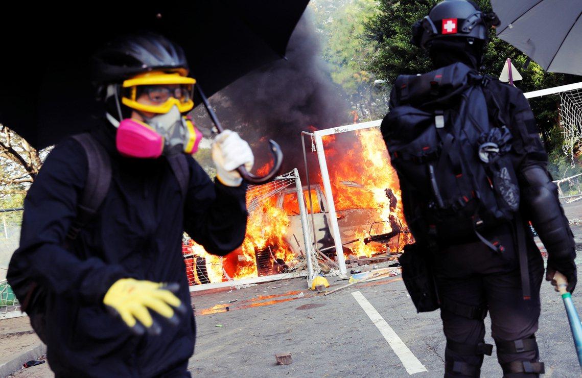 不過抗爭者並未因此退縮,儘管對峙期間中大校方有職員出面與警方斡旋,但警民雙方互信...