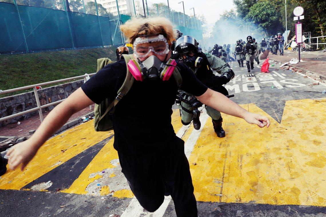 在雙方往來回擊的混亂中,現場有抗爭者受傷流血,《香港01》指出有人面罩被催淚彈直...