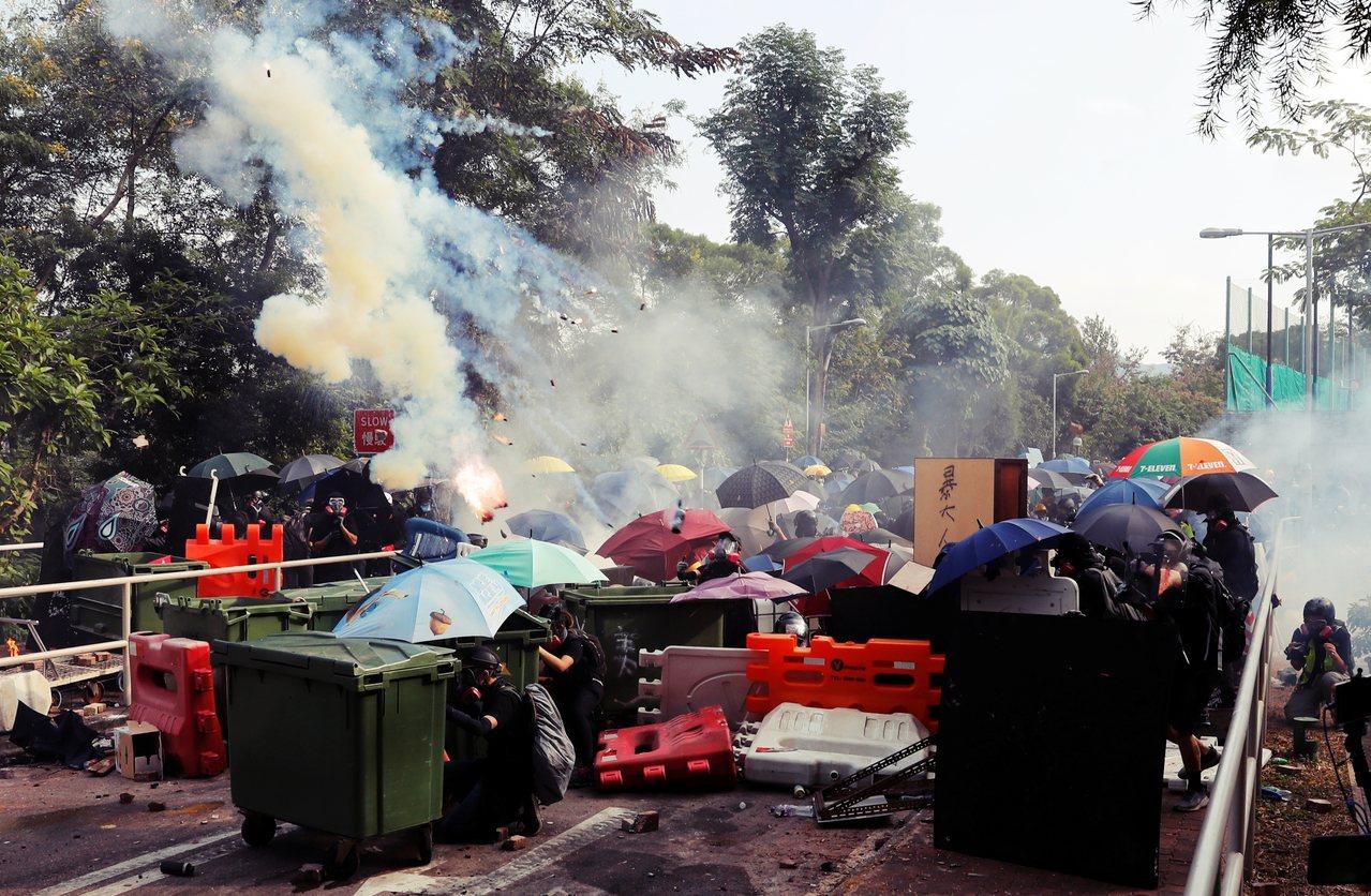 12日上午在香港中大,一早就有抗爭者從學校裡抬出足球門做為路障,並且在中大通往科...