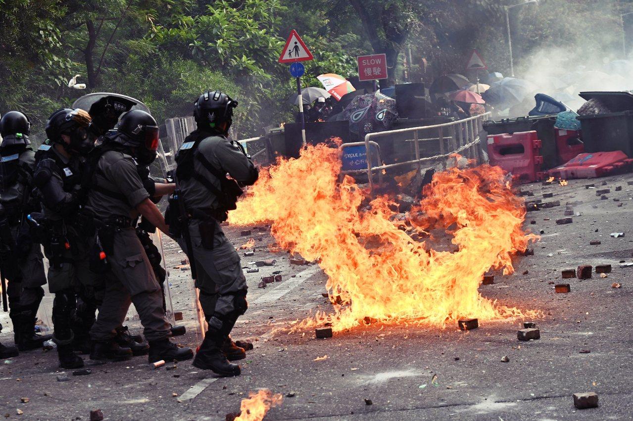 12日香港破曉行動,抗爭者與香港中文大學學生同步發起「#突襲二號橋行動」,在中大...