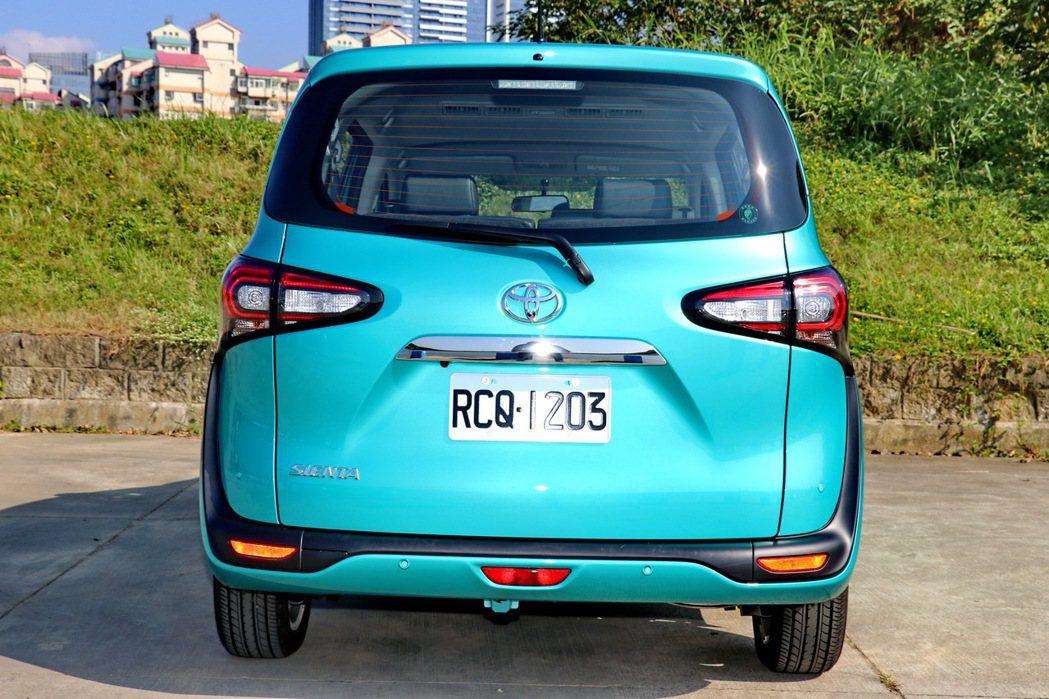 車尾主要改變來自LED光條式尾燈的造型。 記者陳威任/攝影