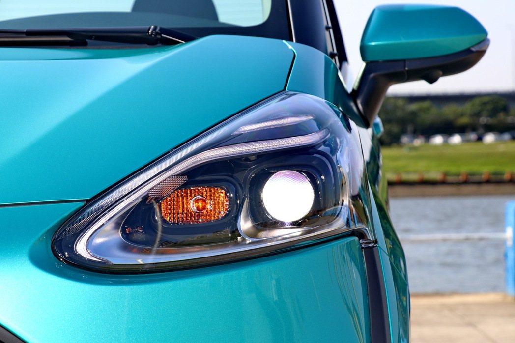 尊爵車型同樣搭配LED Bi-Beam頭燈,搭配LED光條式定位燈,充滿科技風格...