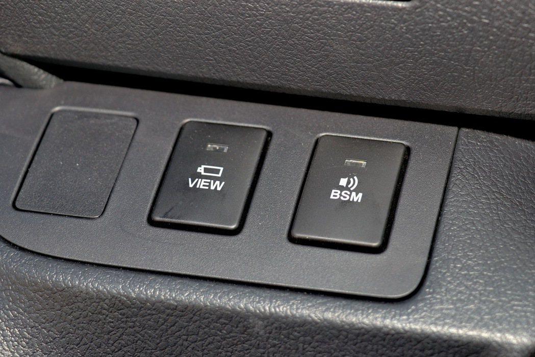 七人座尊爵車型配備BSM盲點偵測系統及環景影像輔助系統。 記者陳威任/攝影