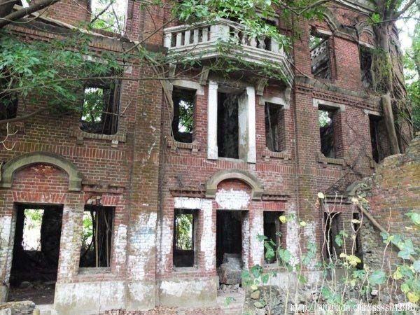 建於民國18年,該宅佔地一千餘坪,是一棟三層樓半的巴洛克建築洋房