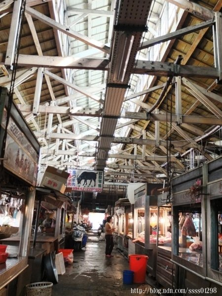 台灣傳統市場中少數採用大量檜木材料的市場建築,市場內部,挑高的建築設計感相當有特色