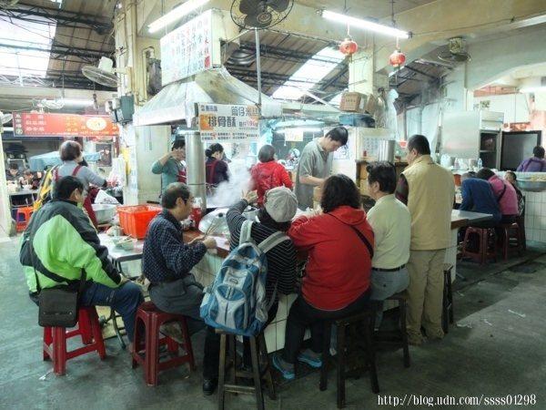 這家在地人推薦東市場必喝排(肉)骨酥湯,用餐時間坐滿了人