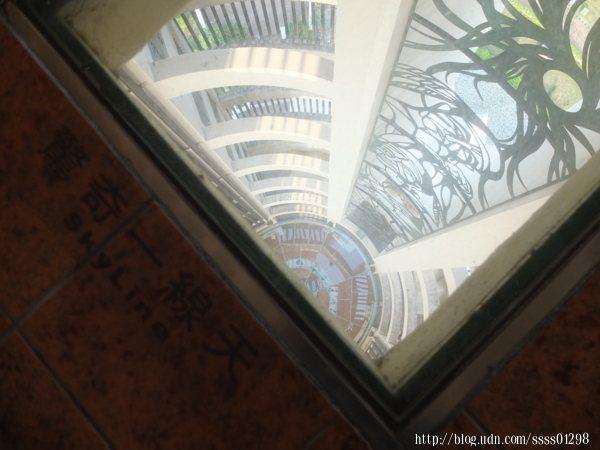 射日塔的一大噱頭「一線天」,在地板上有兩處可直接透視一樓的玻璃地板