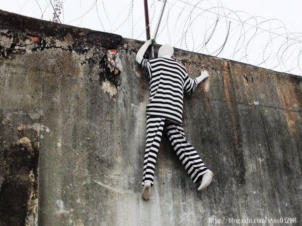 圍牆上的假人逃犯,是每位朋友抵達後最先拍的重點