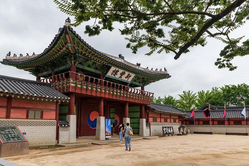 新豐樓是遊客參觀華城行宮的出入口,樓前是勇壯營武藝表演的場所。© 麥翔雲/旅讀中...
