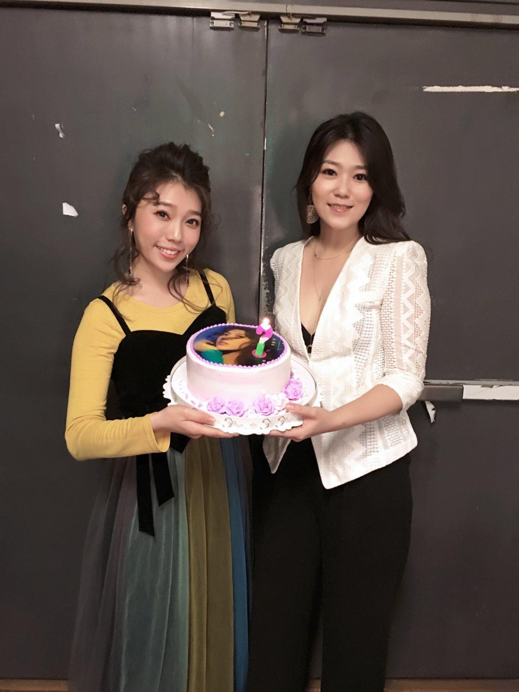 曹雅雯(左)與蔡家蓁合體開唱,低胸裝相當吸睛。圖/時代創藝提供