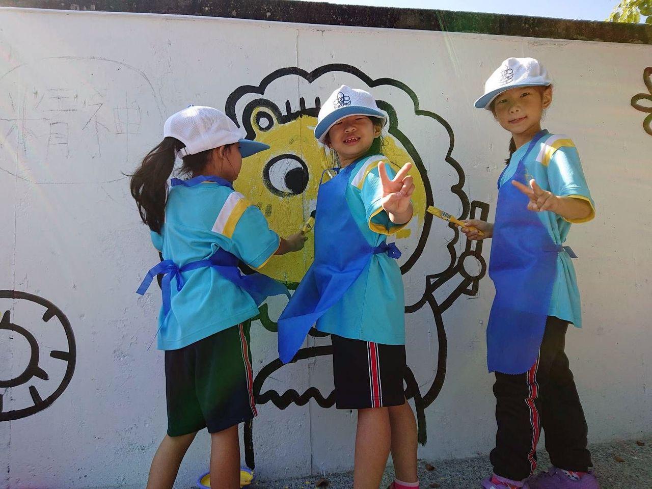 在知名插畫家「鱷魚先生」指導下,高雄大樹溪埔國小學童參與圍牆彩繪,將做為學校80...