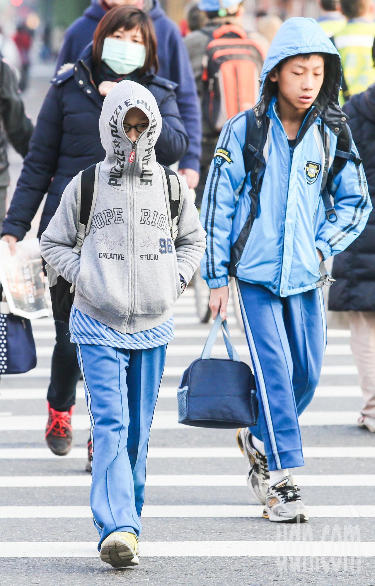 中央氣象局說,輻射冷卻影響,早晚天氣較涼,清晨各地低溫普遍約16至19度,白天氣...