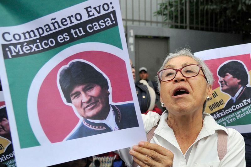 玻利維亞前總統莫拉萊斯的支持者11日在玻國墨西哥大使館前聲援他。法新社