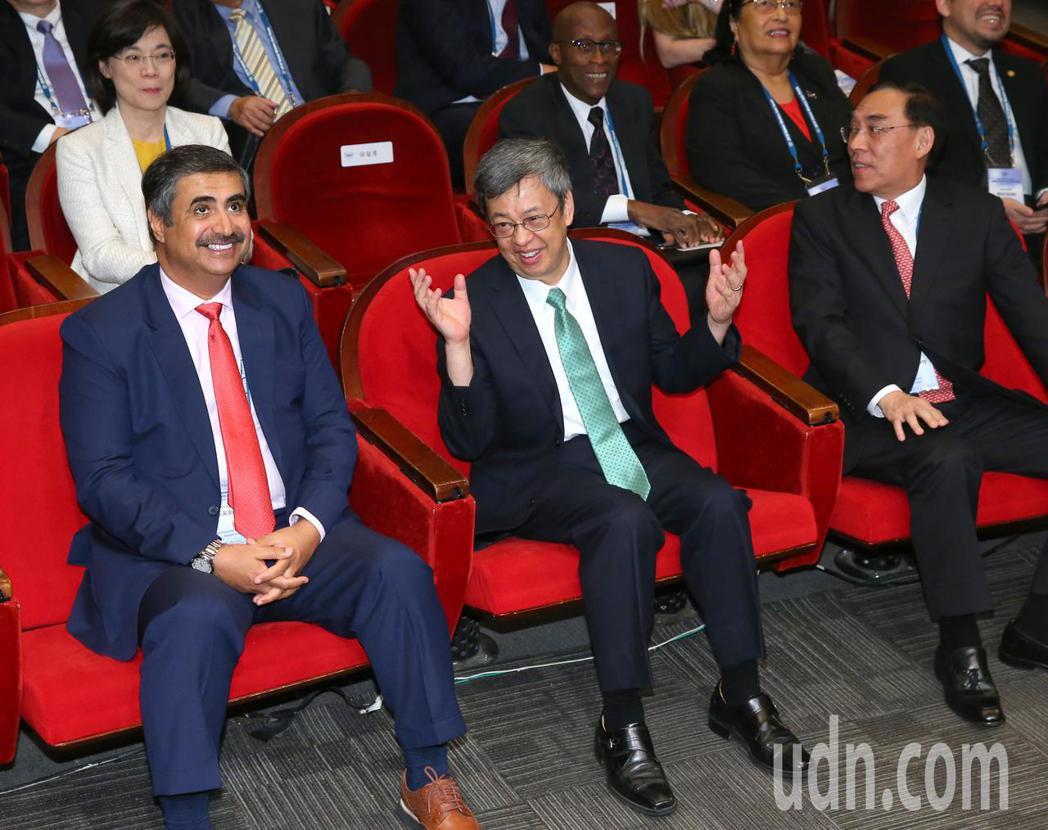 副總統陳建仁(中)與法務部長蔡清祥(右),上午出席區域安全與跨境犯罪國際研討會。...