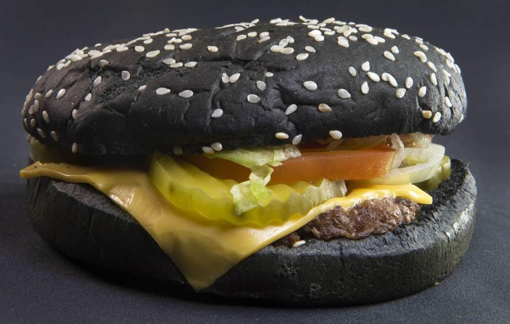 黑色漢堡。法新社