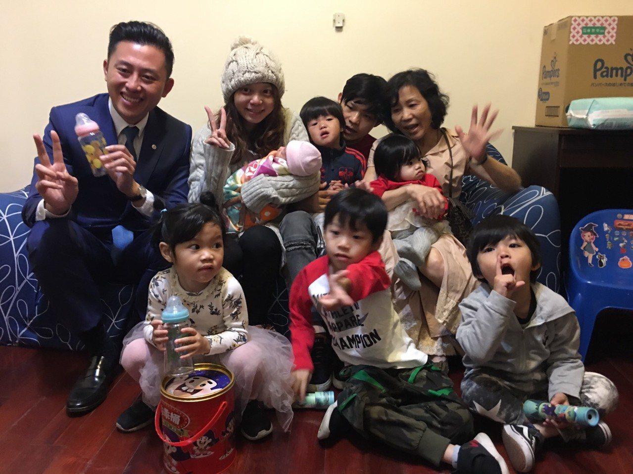 新竹市32歲的徐千祥、林沂澂夫妻結婚8年,日前生下第6胎,市長林智堅(左)日前探...