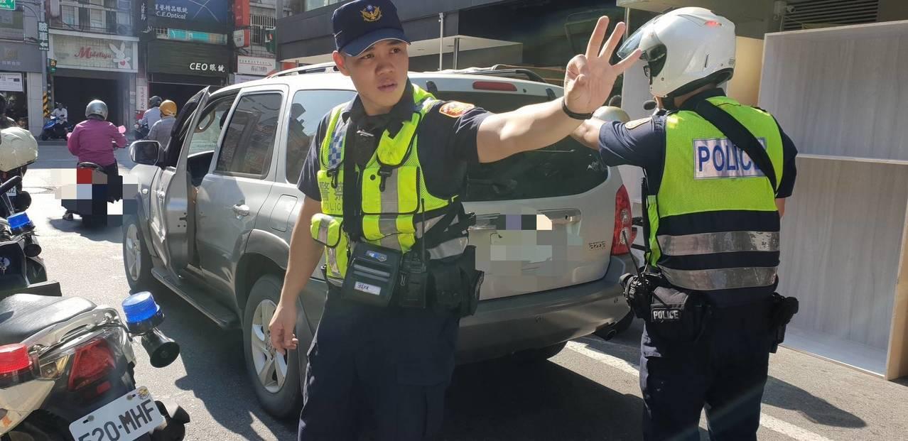 桃園八德區日前一輛小客車突然在路中間無法動彈,最幸運的是,伸出援手的巡邏員警從警...