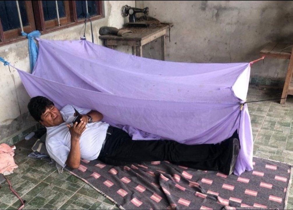 莫拉萊斯11日公布自己席地而臥的照片,拍攝地點不詳。取自莫拉萊斯推特
