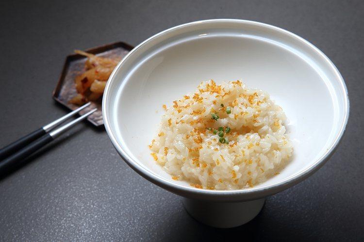 以燉飯方式呈現的鮮味慢火燉雞粥。記者陳睿中/攝影