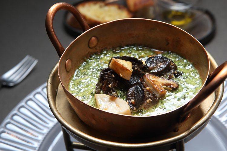 香菇田螺佐荷蘭芹醬,乃是犇創始時期的經典菜色。記者陳睿中/攝影