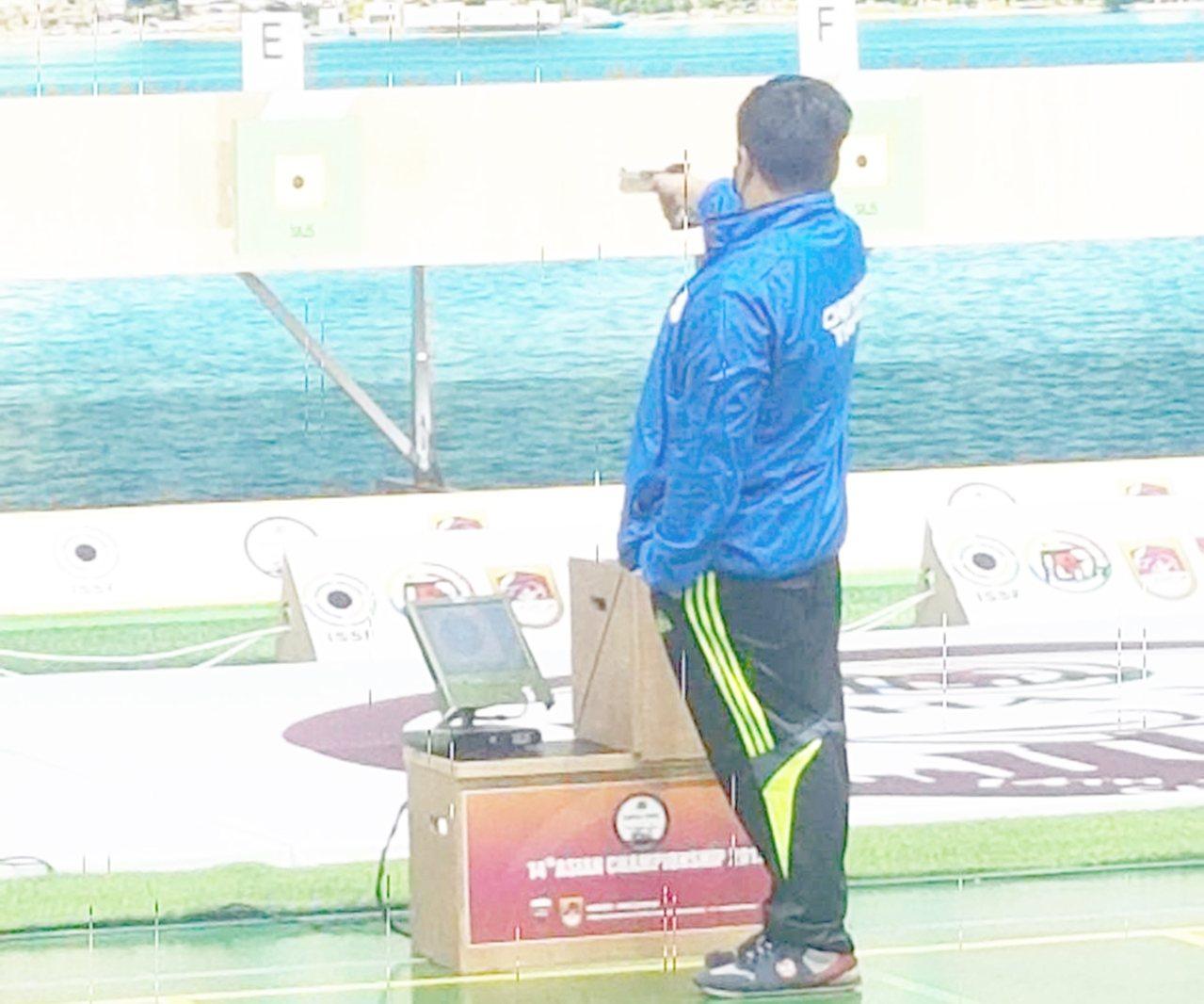 金利偉華日前在卡達多哈舉辦的2019年亞洲射擊錦標賽專注射擊。圖/教練李峰南提供
