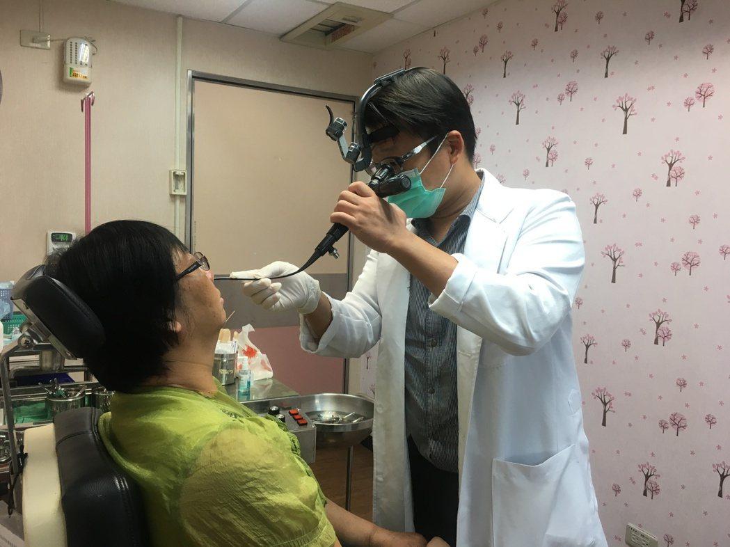 南投醫院耳鼻喉科醫師吳昭寬以內視鏡檢查病患。圖/南投醫院提供