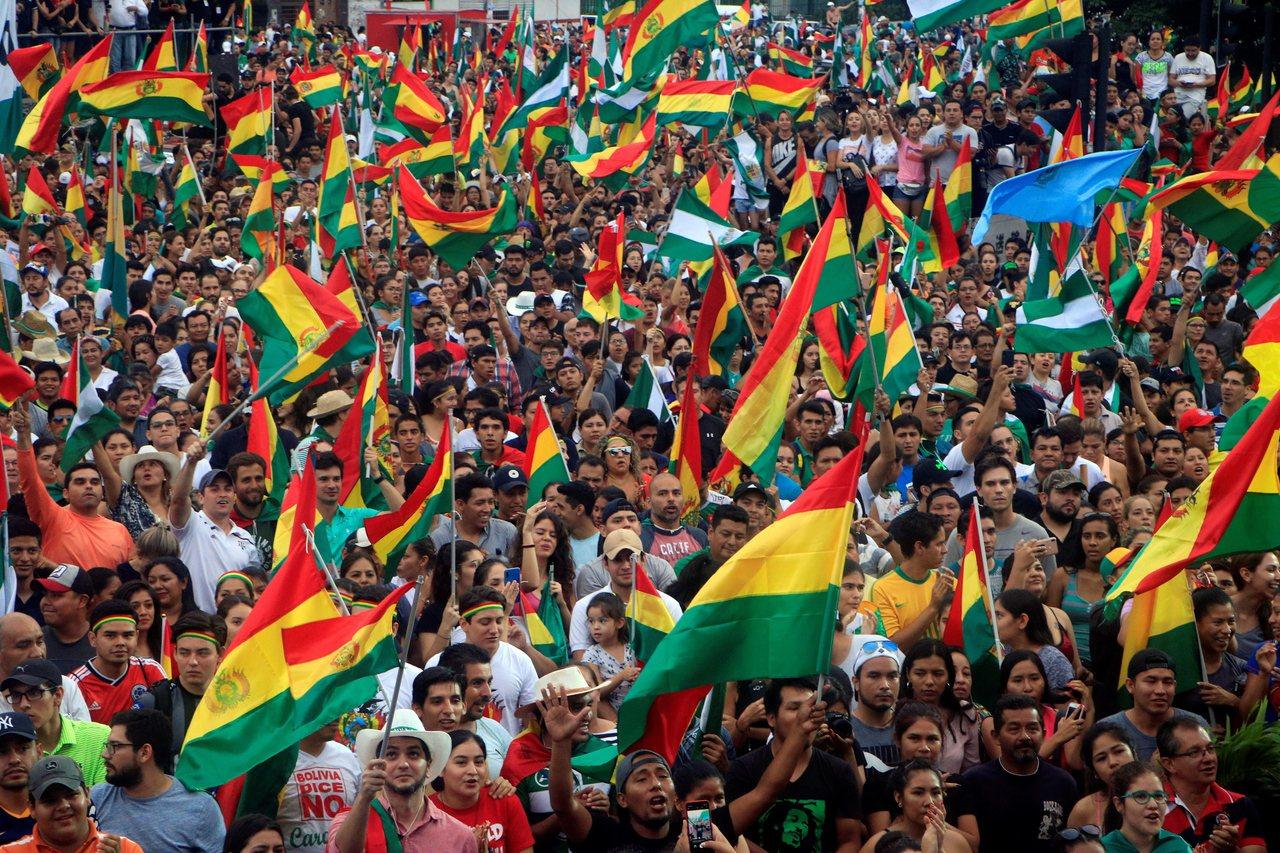 玻利維亞總統莫拉萊斯10日宣布辭職後,玻國民眾在拉巴斯市街頭慶祝。歐新社