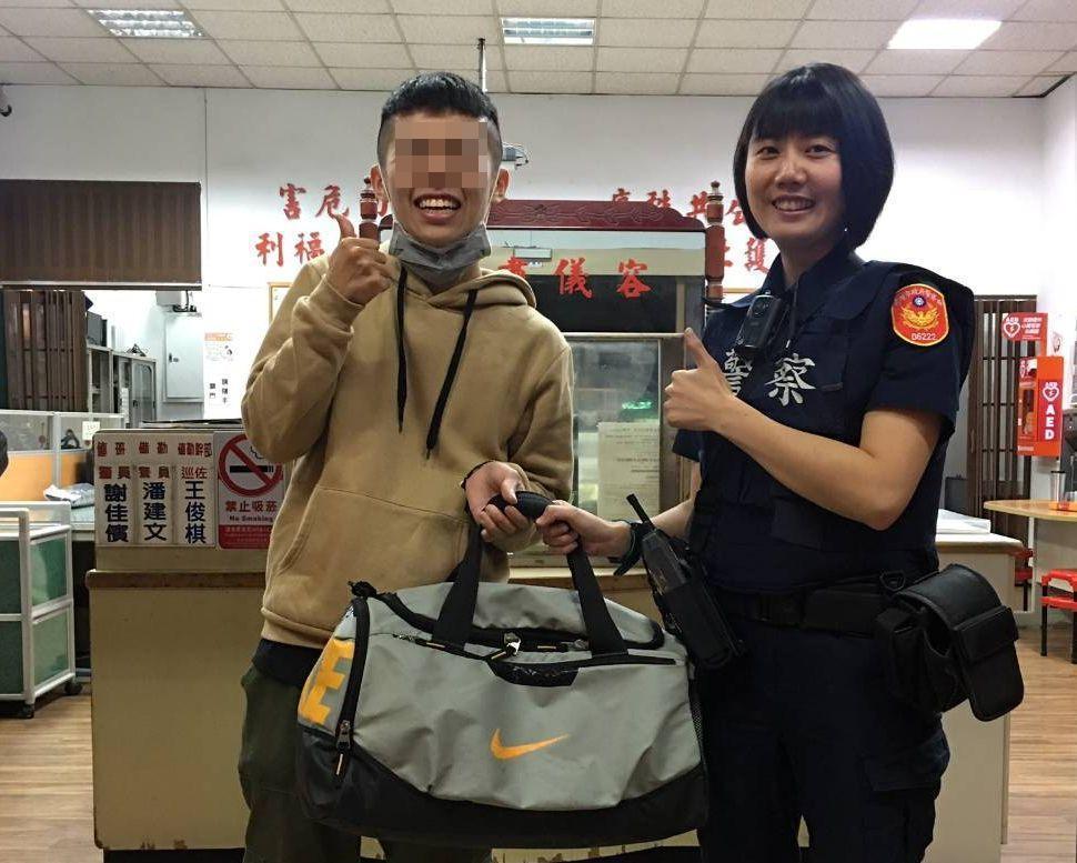 蕭姓學生自女警林文婷(右)手上拿到遺落客運車的行李後,露出笑容,說「感動到快哭了...