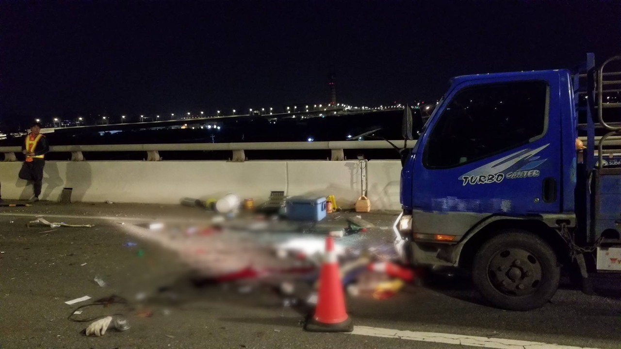 小貨車駕駛疑未注意車前狀況,撞上施工工人,現場留下鮮血。記者蕭雅娟/翻攝