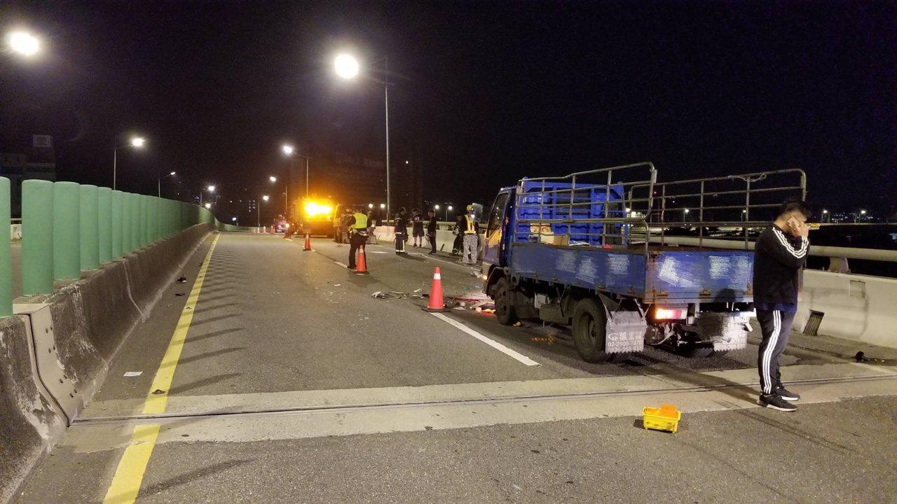 張姓小貨車駕駛疑未注意車前狀況,撞上施工工人。記者蕭雅娟/翻攝。