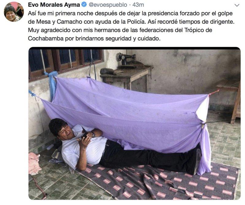 玻利維亞前總統莫拉萊斯11日在推特貼出他躺在不明地點地上的照片。他推文說:「這是我離開總統職位的第一晚,梅沙和卡馬丘(反對派領袖)在警方協助下發動政變,逼我下台。」美聯社