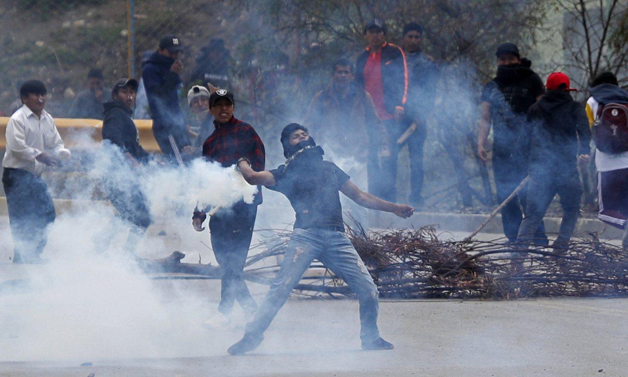 玻利維亞總統莫拉萊斯辭職後,支持與反對群眾在首都拉巴斯爆發衝突。緊繃局勢已擴散到...